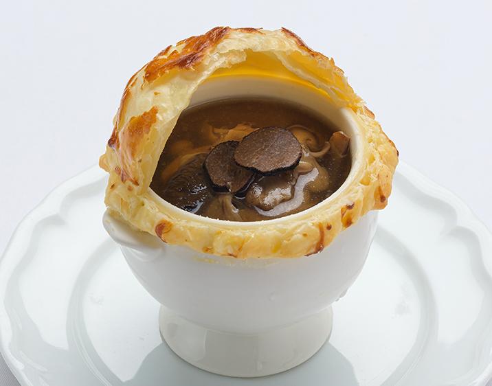 茸とトリュフのコンソメスープ パイ包み