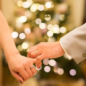クリスマスツリーの前で誓う愛