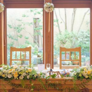 柔らかな陽の入るメインテーブル