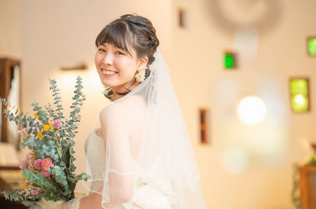 緊張の一瞬もおふたりをサポート!結婚式当日、一番近い存在のヘアメイクアドバイザー 岩井 渚さんの姿