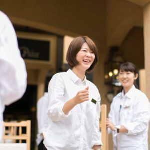 チームで世界にひとつの結婚式を創り上げられることが大きなやりがいに。動物大好き!笑顔がステキなプランナー、伊藤聖子さんの姿