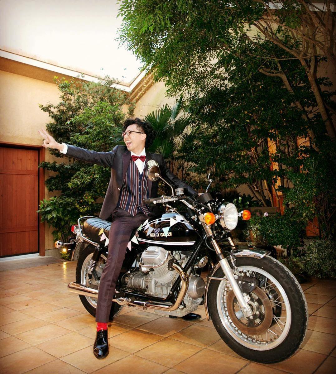 バイクで登場する新郎