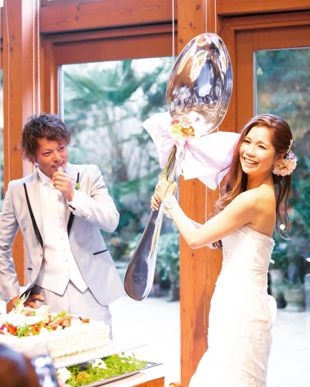 結婚式でビックスプーンを持つ女性