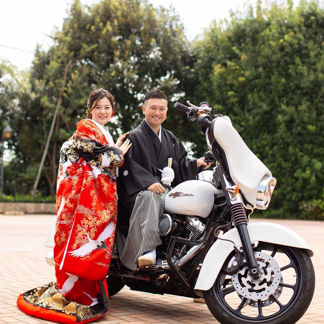 結婚式和装でバイク