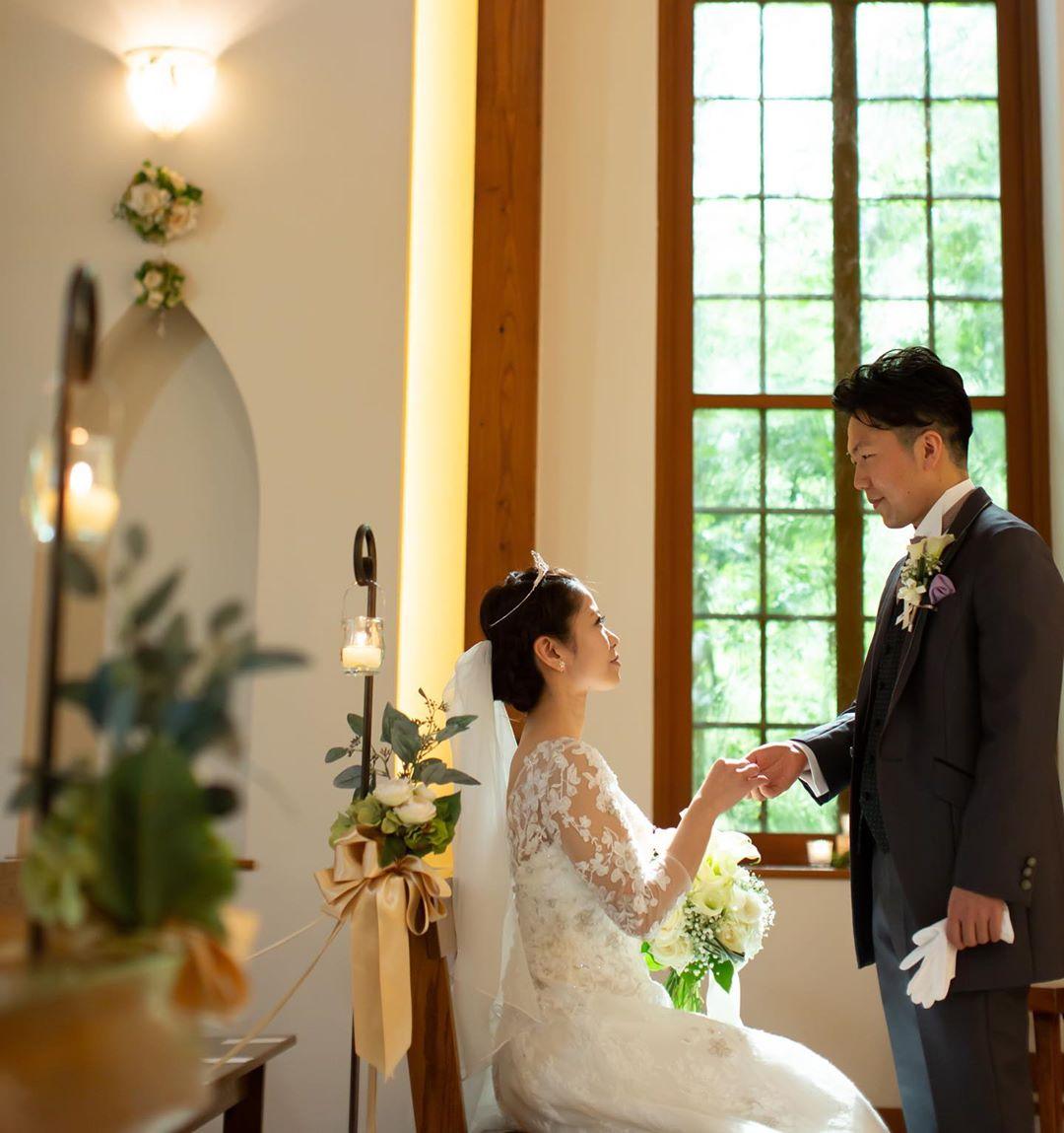 レース模様の長袖を着た花嫁