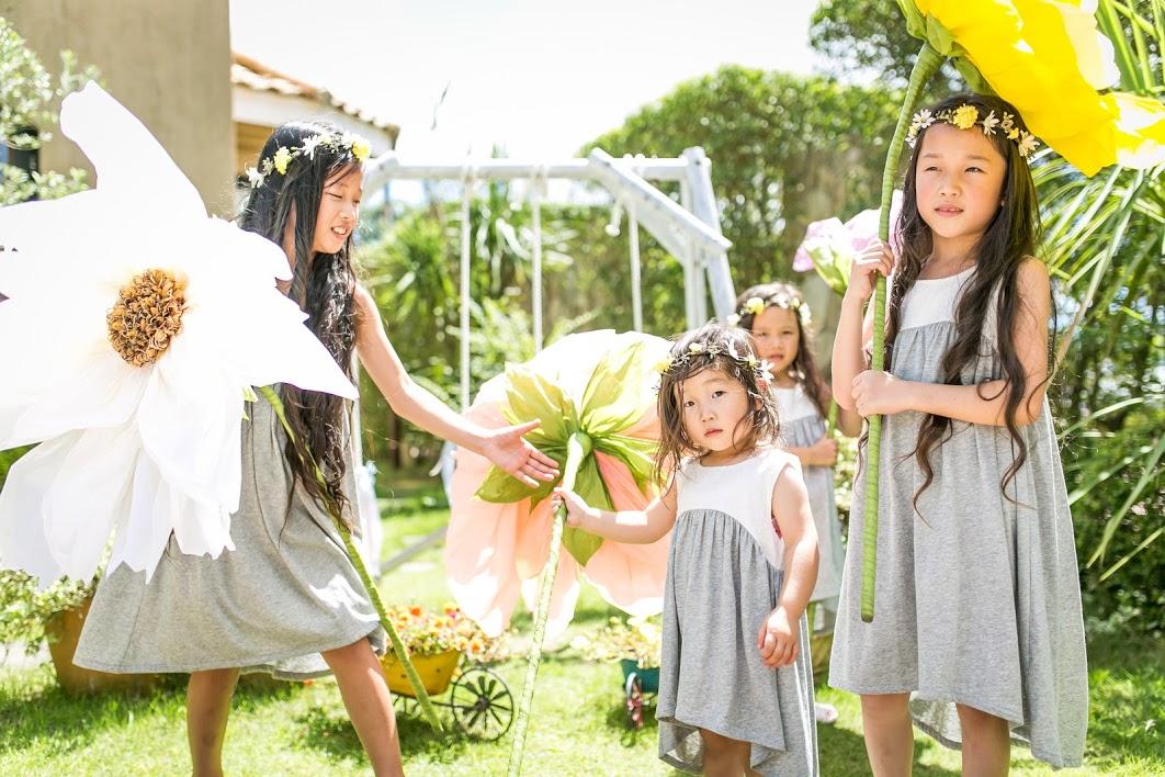 大きな花を持つ少女