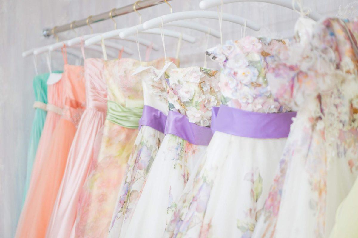 色とりどりのドレス_あふれる笑顔でHAPPYを届けるドレスコーディネーター藤井 由美子さんの姿