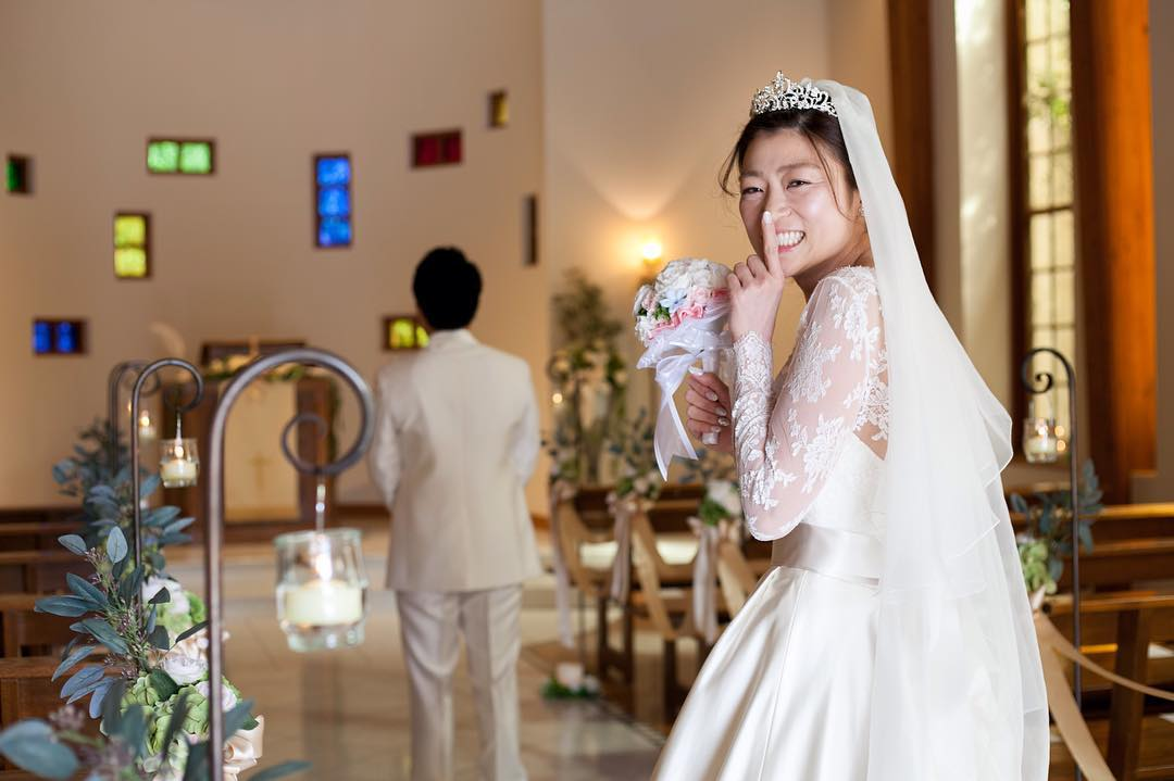 人差し指をたてる花嫁_あふれる笑顔でHAPPYを届けるドレスコーディネーター藤井 由美子さんの姿