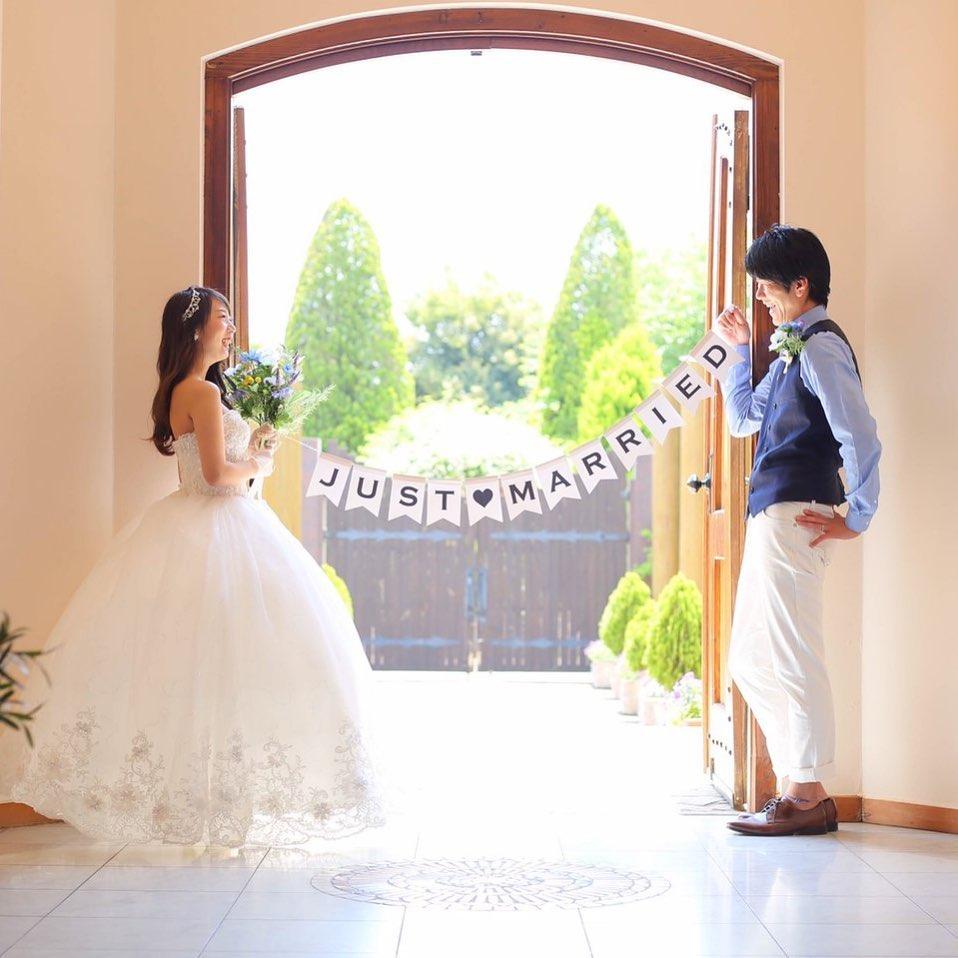 扉の前での記念撮影_あふれる笑顔でHAPPYを届けるドレスコーディネーター藤井 由美子さんの姿