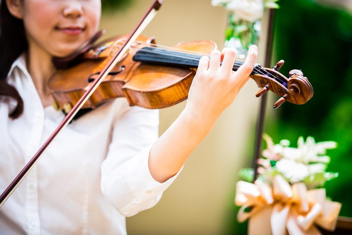 ヴァイオリンを奏でる_ガーデンウエディングの魅力とは?~三密を防いで楽しいひとときを~
